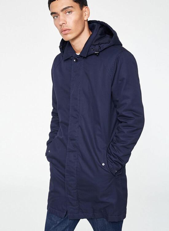 Mann trägt Mantel Ludger Dark Navy Blau von ARMEDANGELS