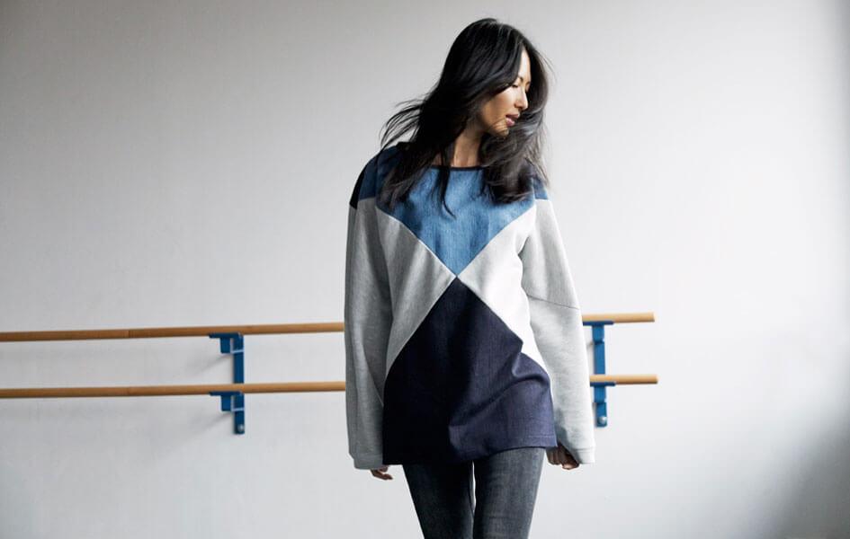 Frau in Pullover aus recycelten Jeans