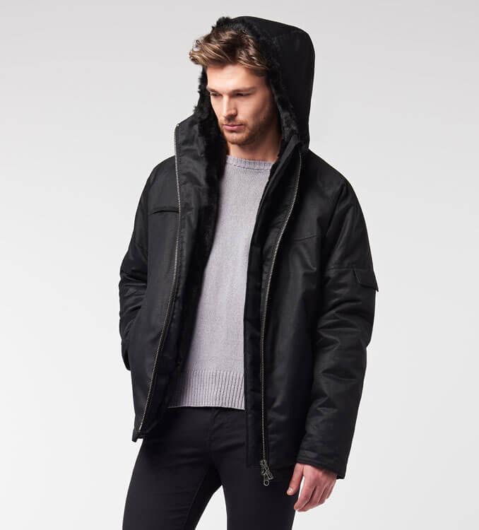 Mann trägt schwarze Winterjacke von Hemp Hoodlamb