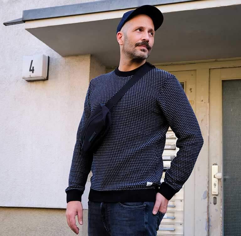 Mann in schwarzem Pullover