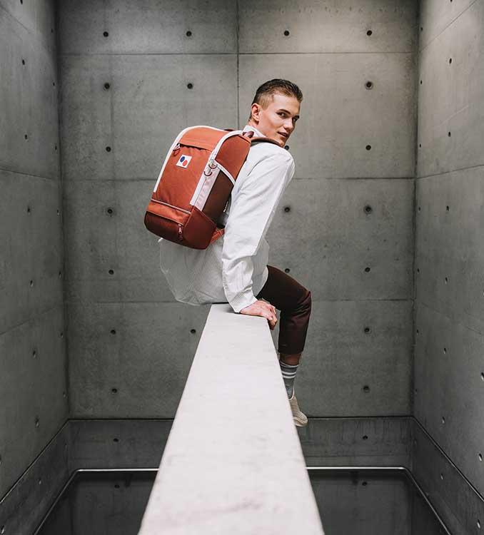 Mann mit scharzem Rucksack