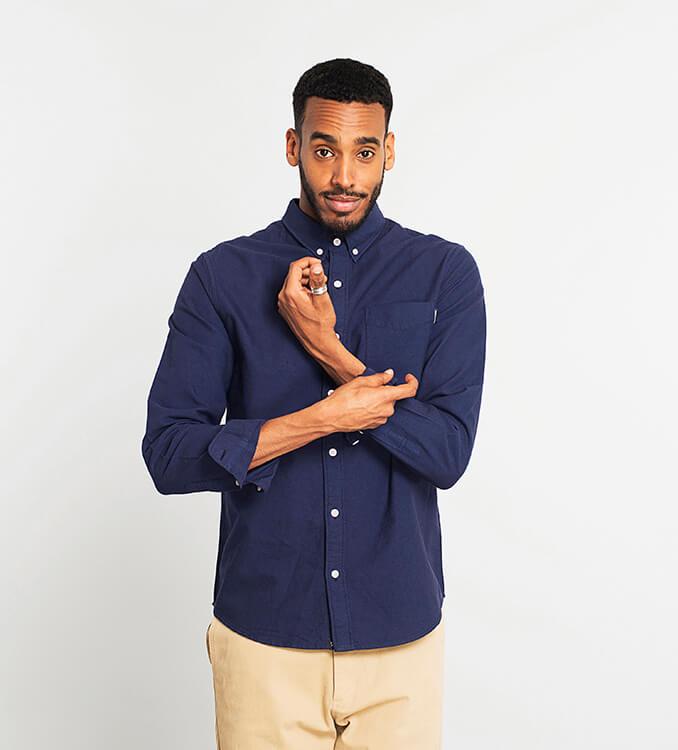 Mann in dunkelblauem Hemd