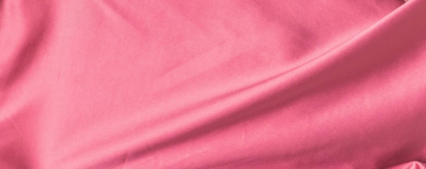 Detailaufnahme eines pinken Tops aus recyceltem Polyester