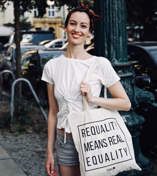 Maike Fürstenberg mit Einkaufstasche auf der Straße
