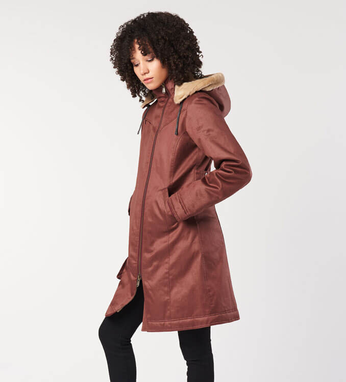 Frau trägt rote Jacke von Hemp Hoodlamb