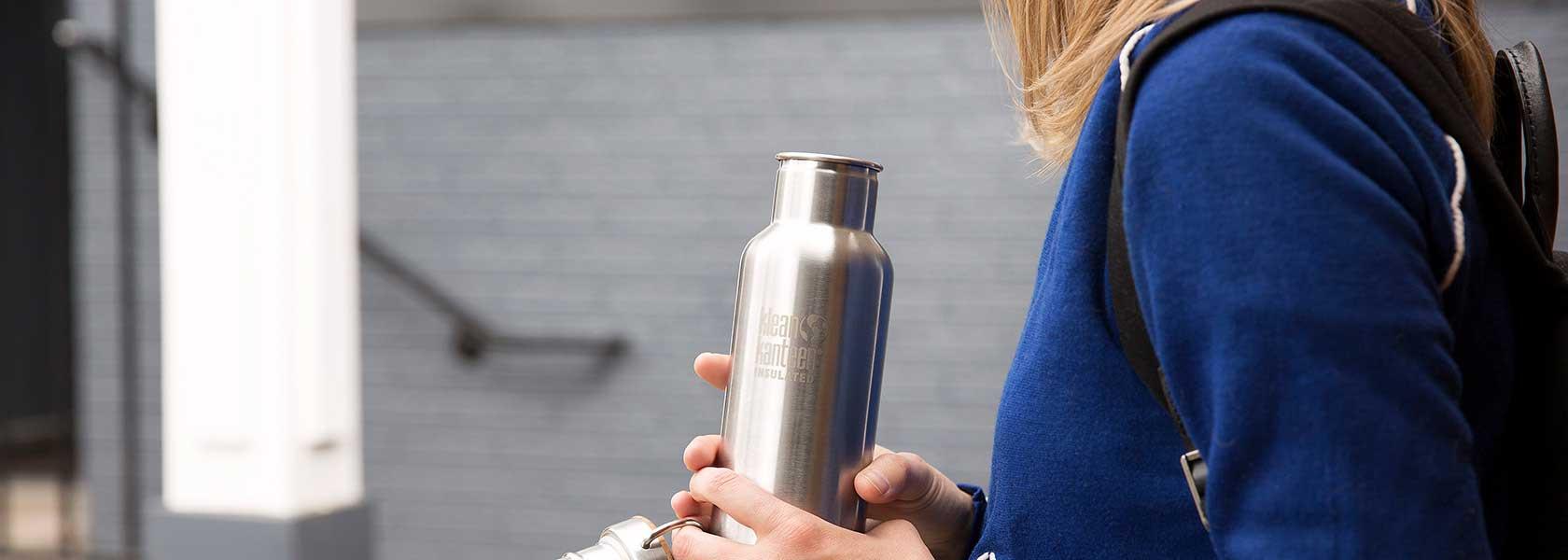 Frau hält eine nachhaltig produzierte Trinkflasche aus Kleankanteen