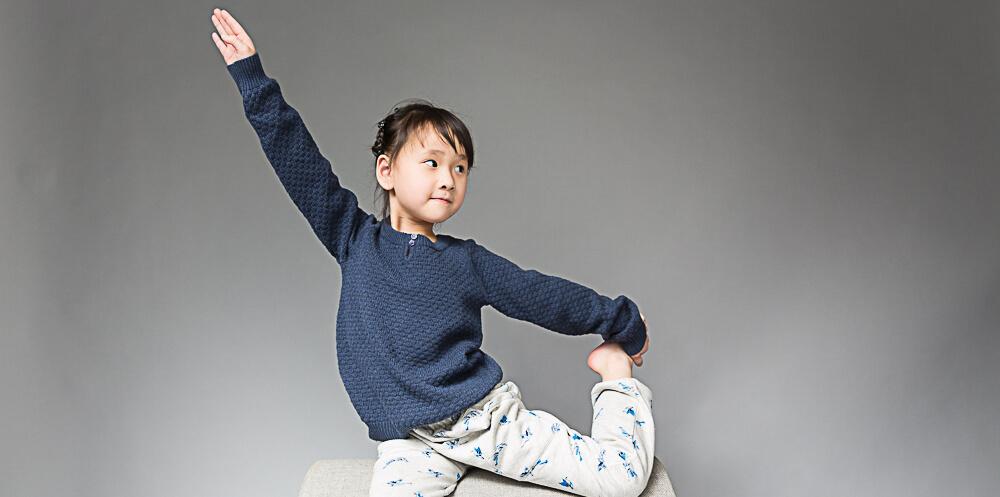 Kind in blauem Strickpullover von Sense Organics