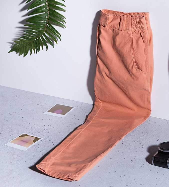Lachfarbene Hose auf hellem Untergrund