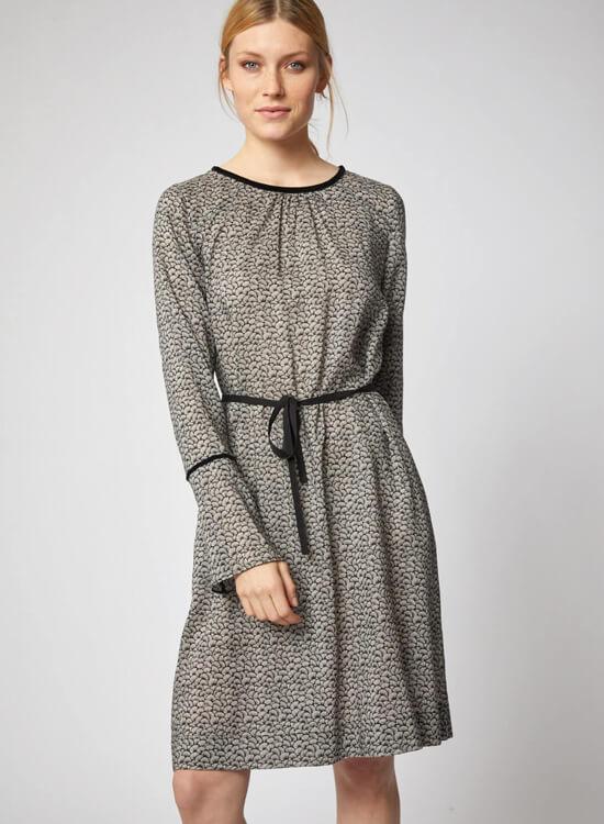 Frau trägt Kleid von Lanius