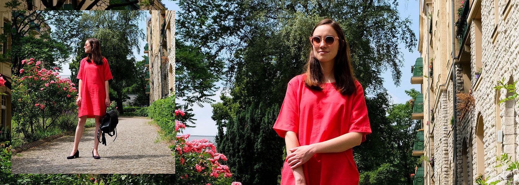 Frau graues Shirt und hält Sonnenbrille in der hand