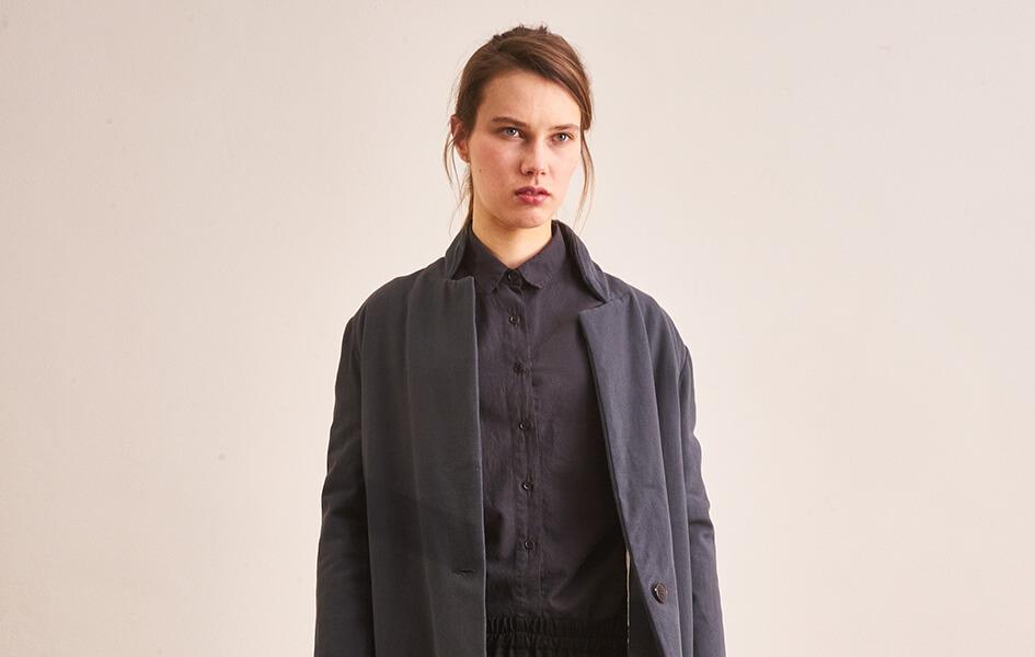 Frau mit grauem Mantel CUS