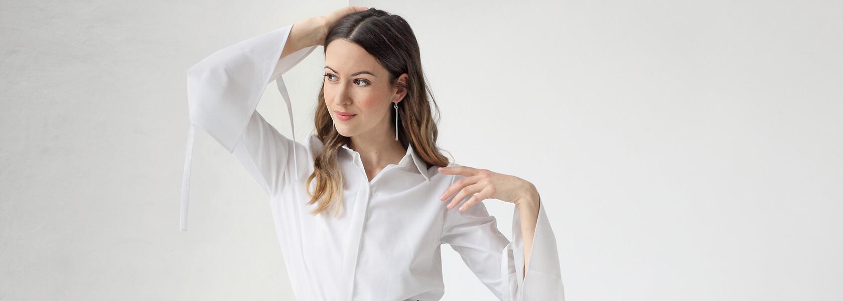 Frau in Tencel-Hose und weißer Bluse