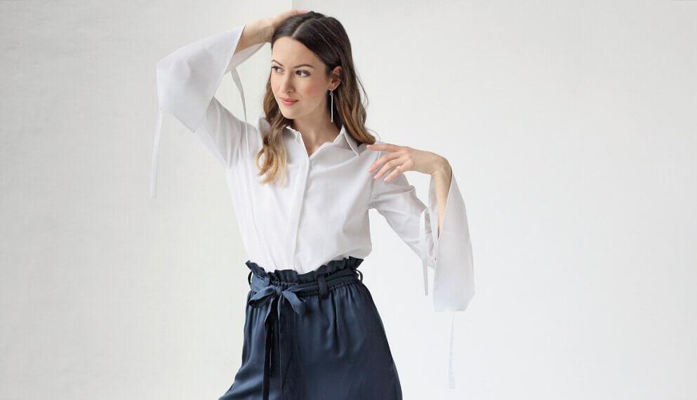 Frau in Bluse und High Waist Hose aus Stoff